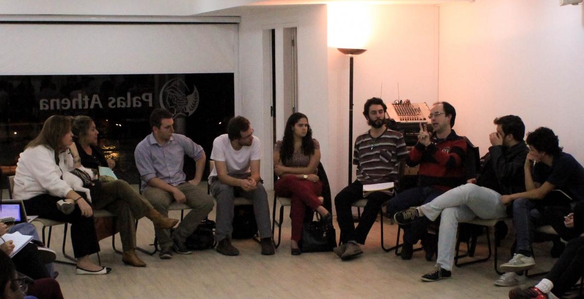 Roda de pessoas discutindo em em uma sala da Associação Palas Athena.