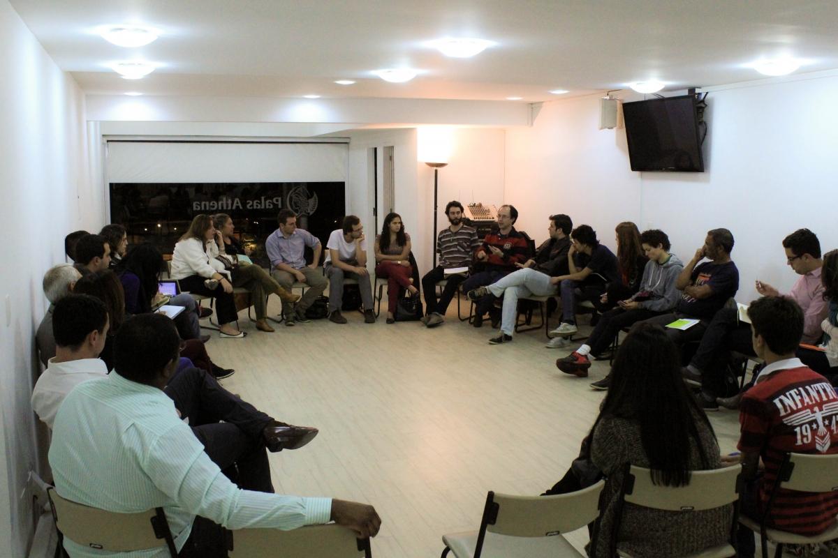 Roda de pessoas discutindo em em uma sala da Associação Palas Athena