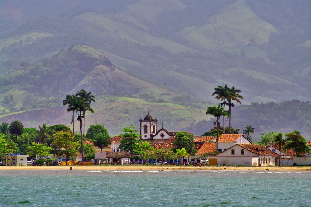 Visão da igreja de Santa Rita de Cássia, em Parati, Rio de Janeiro.