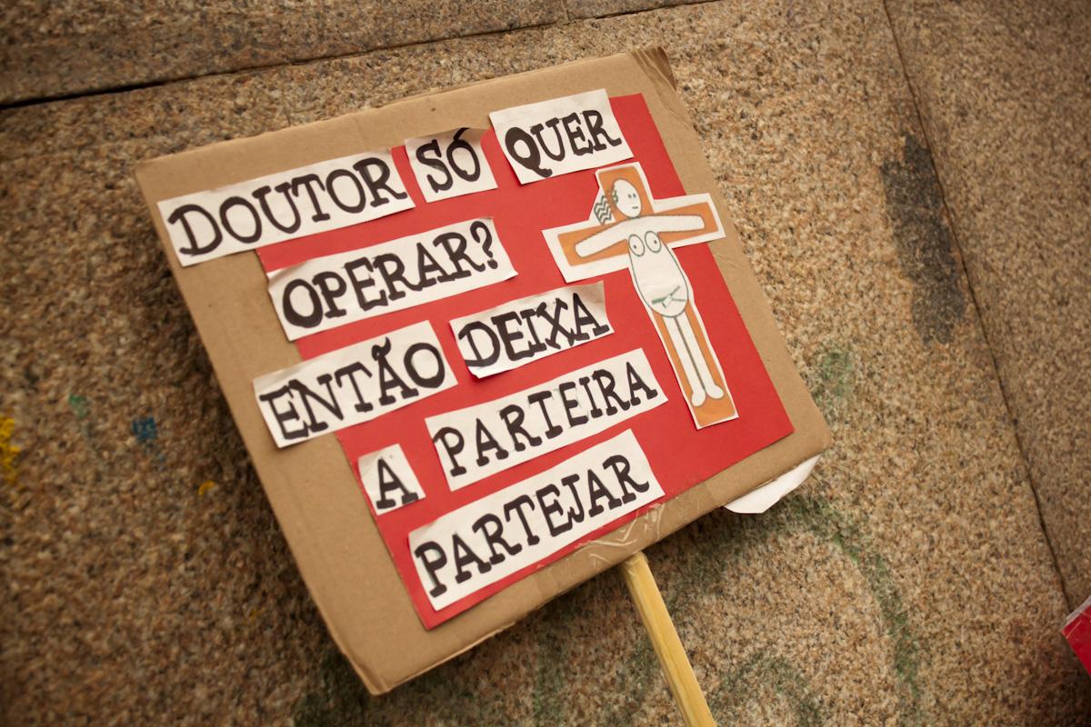 """Cartaz: """"Doutor só quer operar? Então deixa a parteira partejar"""""""