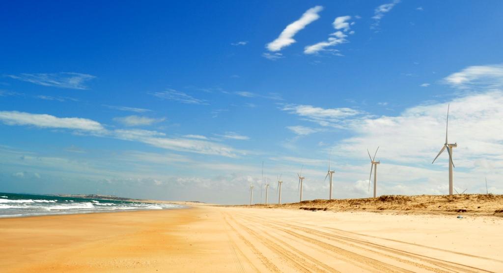 Praia no Ceará com aerogeradores