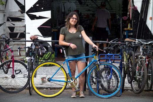 Aline Cavalcante em frente ao Las Magrelas bicicletaria