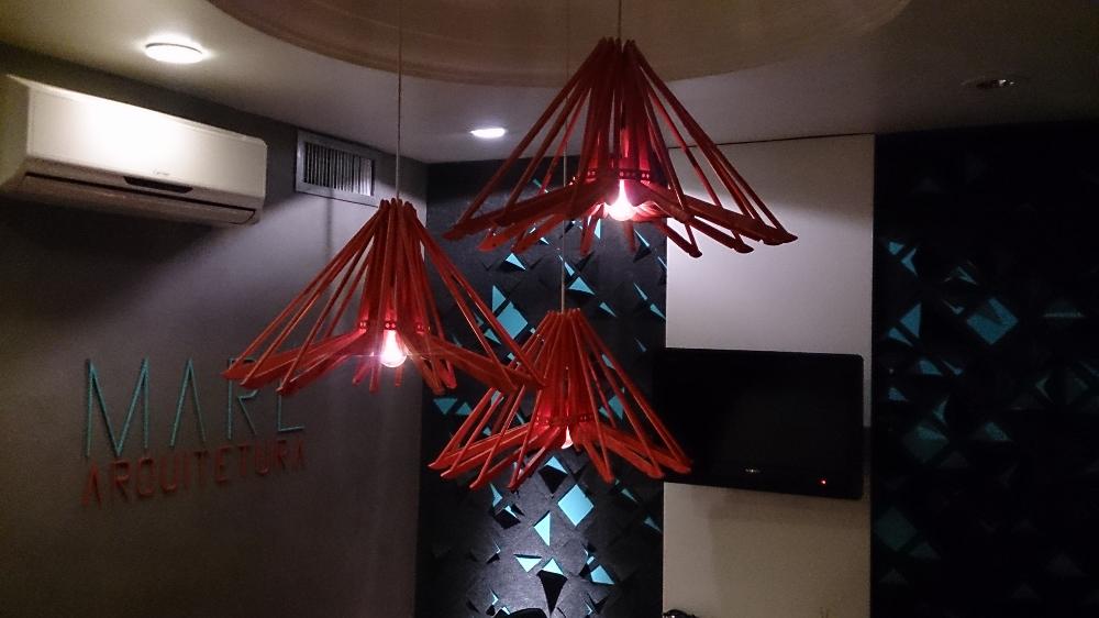Instalação de cabides juntos em formato de estrela que permitem guarda roupas em espaços pequenos