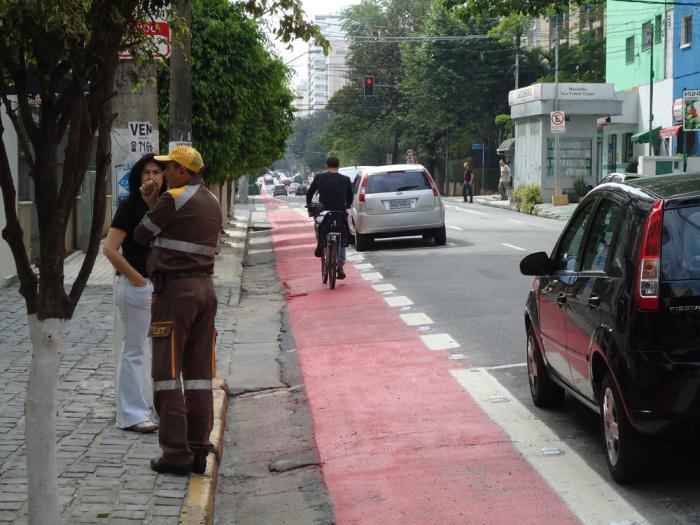 Agente da Companhia de Tráfego de São Paulo (CET ) monitora ciclovia no bairro de Moema, São Paulo, SP