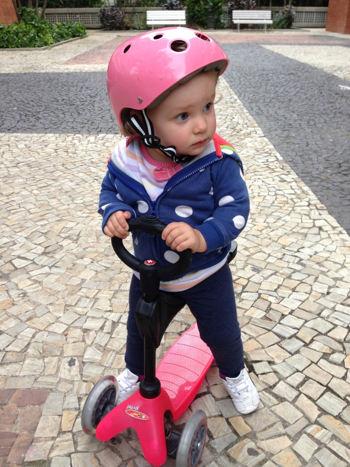Criança no patinete