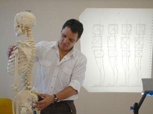 O psicólogo e terapeuta André Trindade mostra posturas adequadas em um modelo de esqueleto humano