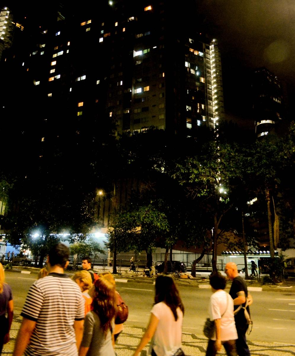 Pessoas caminhando em uma praça na cidade de São Paulo