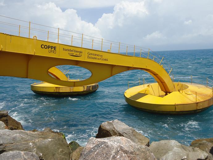 Braço mecânico no porto de Pecém utilizado para captar o movimento das ondas e transformá-lo em energia elétrico