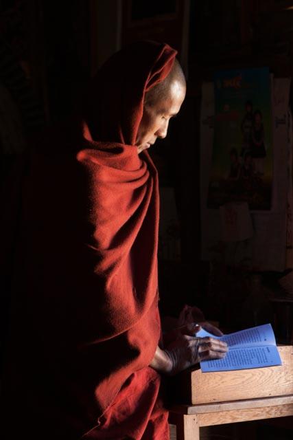 monge lendo um livro da tradição em Myamnar