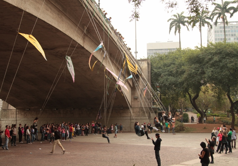 Pessoas brincam de balanço no vão do Viaduto do Chá, no Vale do Anhangabau