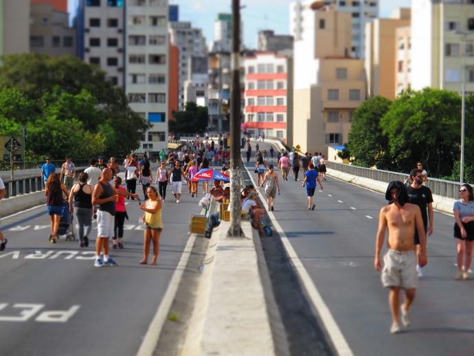 Pessoas caminhando sobre o Minhocão
