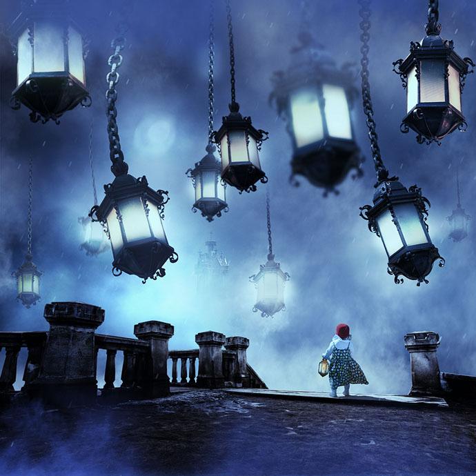"""Obra """"Um contra todos – Noite"""", do artista romeno Caras Ionut. Fotomontagem imaginária de uma menina à noite em uma ponte olhando para o céu, onde há grandes lustres pendurados vindo do céu"""