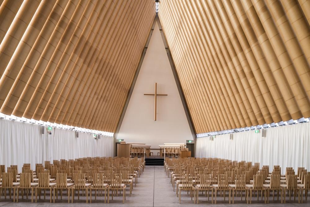 Visão interna da catedral de papelão em Christchurch, Nova Zelândia