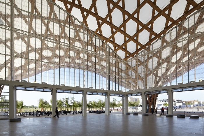 Visão interna da cobertura do Centro Pompidou-Metz em Metz, França