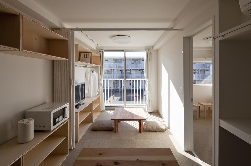 Casa em contêiner com mobília feita de papelão em Onagawa, Japão