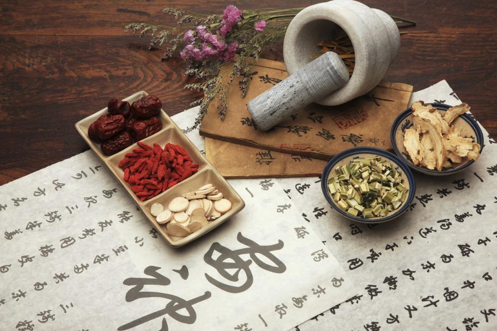 Imagem de uma mesa com produtos da culinária chinesa.