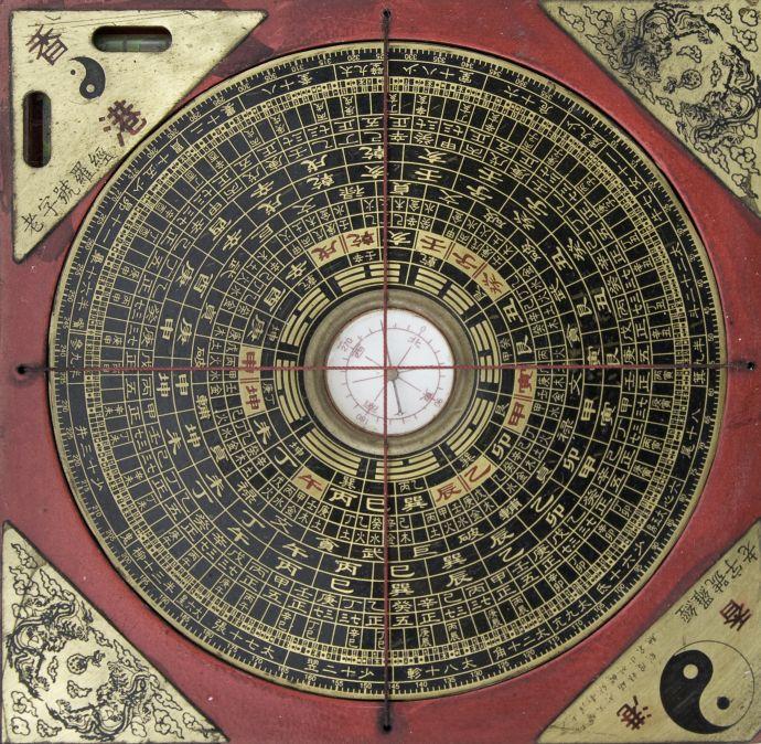 Foto de um baguá, diagrama geométrico com oito lados e em formato de bússola utilizado para orientar a prática do feng shui