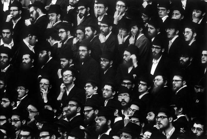 Plateia de judeus ortodoxos observam uma celebração