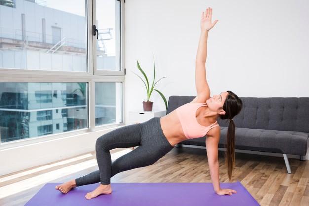 benefícios do yoga em casa
